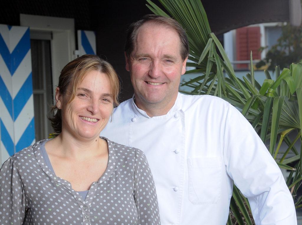 Hugo Eiholzer und Sonja Eiholzer vor dem Ochsen in Geiss